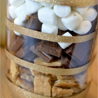 perfect-winter-guests-favor-smores-bars-in-diy-glitter-mason-jars-weddingomania-998-int