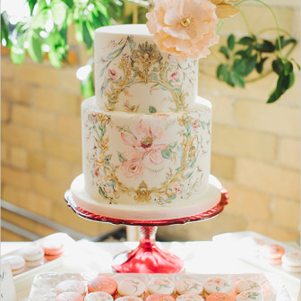 Watercolor-Painted-Wedding-Cake-and-Macarons